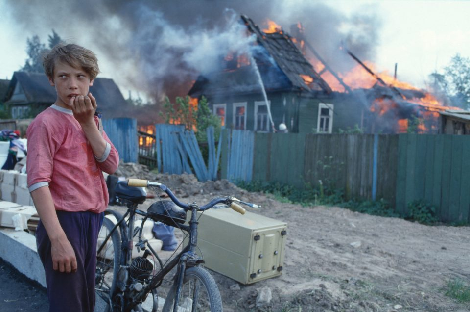 Axel_Schon_Ohne_Titel_aus_der_Serie_Feuer_Novgorod_1993_1993_C_Crt_Axel__Yzr5iVM